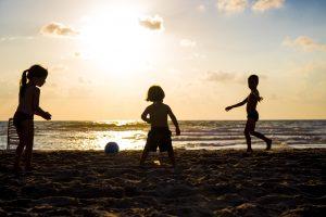 ילדים משחקים על שפת הים